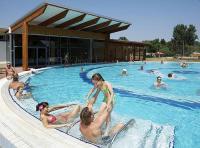 Hotel Barack wellness medencéje wellness hétvégére Tiszakécskén külső, belső medencékkel