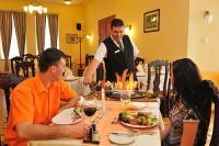 Fried Kastélyszálloda Simontornya - a szálloda éttermében és borospincéjében a kastély saját borait is megkóstolhatja