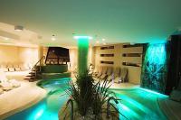 Vital Hotel Nautis szálloda élménymedencéje a Velencei-tónál